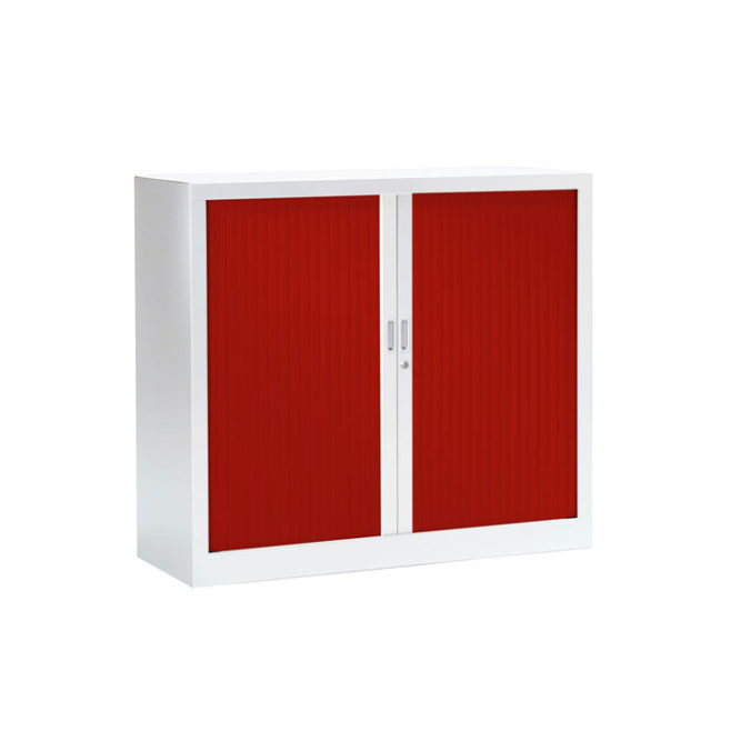 Armoire basse a rideaux rouge