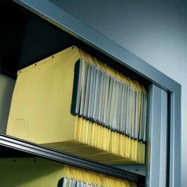 Des dossiers suspendus sous le top de l'armoire