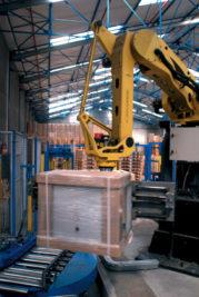 Armoire sortant en fin de chaîne de production déjà emballée