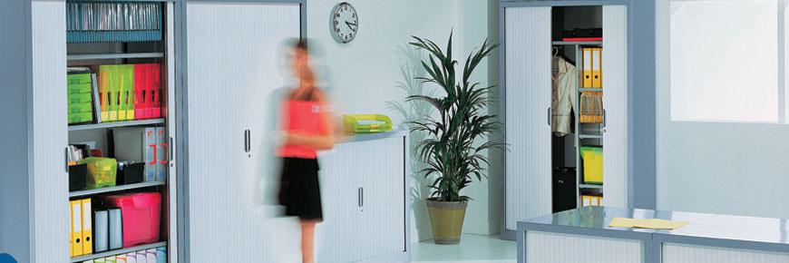 Exemple d'agencement d'armoires à rideaux dans un bureau