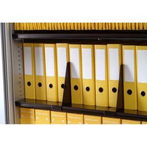 Classement de dossier dans une armoire de bureau