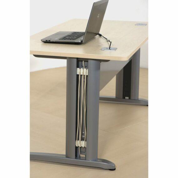 ordinateur sur un bureau avec electrification verticale
